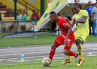 BUCARAMANGA-COLOMBIA-29-10-2016. Jair Palacios (Der) jugador del Atlético Bucaramanga disputa el balón con Cesar Hinestroza (Izq) jugador de Cortulúa durante partido por la fecha 18 de la Liga Águila II 2016 jugado en el estadio Alfonso López de la ciudad de Bucaramanga./ Jair Palacios (R) player of Atletico Bucaramanga struggles the ball with Cesar Hinestroza (L) player of Cortulua during match for the date 18 of the Aguila League II 2016 played at Alfonso Lopez stadium in Bucaramanga city. Photo: VizzorImage / Duncan Bustamante / Cont