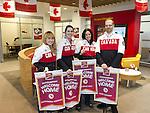 Calgary, Alta.---31/3/2014---Paralympian athletes hold up Welcome Home banners presented to them at CIBC branch. Lt:-rt: Alexandra Starker, Alana Ramsay, Michelle Salt and Kurt Oatway. Photo: The Canadian Press Images/Larry MacDougal<br /> Calgary, Alta.---31/3/2014---Les athlètes paralympiques tiennent les bannières de la fête de retour qui leur ont été présentées au centre bancaire de la CIBC de la Bow Tower à Calgary. De gauche droite: Alexandra Starker, Alana Ramsay, Michelle Salt et Kurt Oatway. (Photo: Canadian Press Images/Larry MacDougal)
