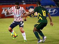BARRANQUILLA- COLOMBIA - 25-09-2013: Jamell Ramos (Izq.) jugador del Atletico Junior disputa el balón con Sebastian Viafara (Der.) jugador del Deportes Quindio durante el partido en el estadio Metropolitano Roberto Melendez de la ciudad de Barranquilla, septiembre 25 de 2013. Atletico Junior y Deportes Quindio durante partido por la undecima  fecha de las de la Liga Postobon II. (Foto: VizzorImage / Alfonso Cervantes / Str).  Jamell Ramos (L) player of Atletico Junior vies for the ball with Sebastian Viafara (R) player of Deportes Quindio during a math in the Metropolitano Roberto Melendez Stadium in Barranquilla city, September 25, 2013. Atletico Junior and Deportes Quindio in a match for the eleventh round of the Postobon League II. (Photo: VizzorImage / Alfonso Cervantes / Str).