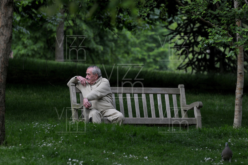 LONDON-UK- 24-05-2008. Hombre sentado en el Hyde Park, Londres. Man sitting at Hyde Parks, London. Photo: VizzorImage