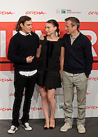 "Da sinistra, l'attore, cantante e musicista statunitense Joaquin Phoenix, l'attrice Rooney Mara ed il regista, sceneggiatore, produttore ed attore Spike Jonze posano durante un photocall per la presentazione del film ""Her"" all'ottava edizione del Festival Internazionale del Film di Roma, 10 novembre 2013.<br /> From left, U.S. actor, singer and musician Joaquin Phoenix, actress Rooney Mara and actor, director, screenwriter and producer Spike Jonze pose during a photocall to present the movie ""Her"" during the 8th edition of the international Rome Film Festival at Rome's Auditorium, 10 November 2013.<br /> UPDATE IMAGES PRESS/Livia Crisafi"