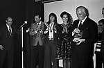 VITTORIO DE SICA SUL PALCO PER LA CONSEGNA DEL PREMIO SULLO SFONCO LELLO BERSANI, ELSA MARTINELLI <br /> SERATA TEATRO CARLINO PER PREMIAZIONE VITTORIO DE SICA ROMA 1970