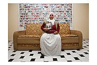 Istanbul - Ritratto di donna curda mostrante la foto del marito scomparso, sullo sfondo i ritratti di curdi di cui sono sparite le tracce