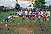 Crianças em playground de escola. Araxa. Minas Gerais. 1992. Foto de Juca Martins.