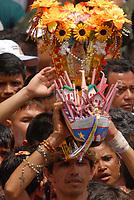 Após horas de procissão promesseiros levam objetos por uma grala alcançada durante a maior procissão religiosa do país, que este ano conforme estimativas foi acompanhada por mais de 1,5 milhão de fiéis.<br /> 12/10/2008<br /> Belém, Pará, Brasil.<br /> Foto Paulo Santos/Interfoto