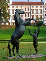 Statue Hengst Wohlklang vor Welfen-Schloss in Celle, Niedersachsen, Deutschland, Europa<br /> statue of stud Wohlklang in front of castle of the Welfs, Celle, Lower Saxony, Germany, Europe