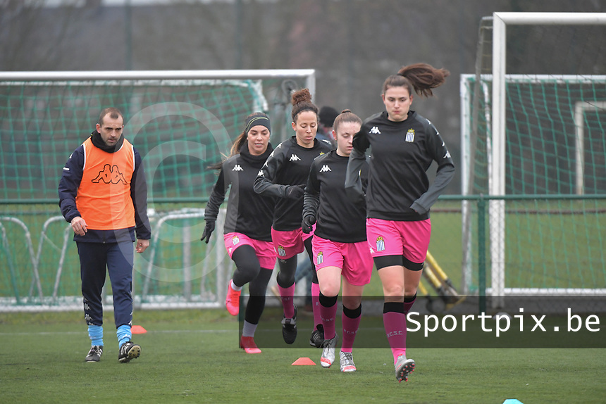 players of Charleroi  pictured during the warming up of a female soccer game between SV Zulte - Waregem and Sporting Charleroi on the eleventh matchday of the 2020 - 2021 season of Belgian Scooore Womens Super League , saturday 23 th of January 2021  in Zulte , Belgium . PHOTO SPORTPIX.BE | SPP | DIRK VUYLSTEKE