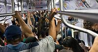 SÃO PAULO, SP, 16.04.2021:  Movimentação CPTM SP -Movimentação de passageiros nos trens da linha 7 Rubi da CPTM , que liga a cidade de Francisco Morato até a estação Brás na região central da cidade de São Paulo . No destaque a aglomeração de passageiros  nos vagões dos trens começo da manhã desta sexta -feira (16).