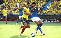 BARRANQUILLA – COLOMBIA, 10-10-2021: Falcao de Colombia (COL) y Cuesta de Brasil (BRA) dispután el balón durante partido entre los seleccionados de Colombia (COL) y Brasil (BRA), de la fecha 10 por la clasificatoria a la Copa Mundo FIFA Catar 2022, jugado en el estadio Metropolitano Roberto Meléndez en la ciudad de Barranquilla. / Falcao of Colombia (COL) and Cuesta of Brasil (BRA) vie for the ball during match between the teams of Colombia (COL) and Brasil (BRA), of the 10th date for the FIFA World Cup Qatar 2022 Qualifier, played at Metropolitan stadium Roberto Melendez in Barranquilla city. Photo: VizzorImage / Jairo Cassiani / Contribuidor