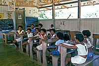 Crianças em sala de aula de escola rural. Acre. 1987. Foto de Cynthia Brito.
