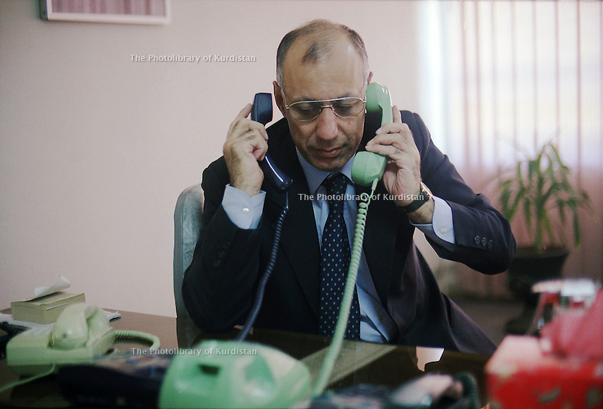 Irak 2000.  Adnan Mufti, ministre des Finances de l'UPK, à son bureau à Souleimania . Iraq 2000. Adnan Mufti , minister of Finance of PUK, in his office of Suleimania