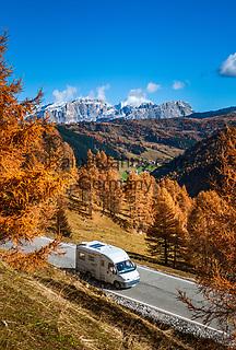 Italien, Suedtirol (Trentino - Alto Adige), oberhalb Kolfuschg, Wohnmobil auf der  Groednerjoch Passstrasse oberhalb Kolfuschg und Gadertal, im Hintergrund Piz Lavarela und Piz Cunturines im Naturpark Fanes-Sennes-Prags | Italy, South Tyrol (Alto Adige - Trentino), above Colfosco: movile van on Passo Gardena above Colfosco and Val Badia, at background summits Piz Lavarela and Piz Cunturines in Fanes-Sennes-Prags Nature Park