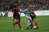 Zweikampf zwischen Mohamed Zidan (FSV Mainz 05, M.) und Jermaine Jones (l.) und Christoph Spycher (r., beide Eintracht Frankfurt)