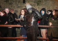 Darsteller unterhält die Besucher am Eingang zum Folterturm und klaut eine Pudelmütze - Mühltal 03.11.2018: Halloween auf der Burg Frankenstein