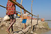 BANGLADESH , cyclone Sidr and high tide destroy villages in Southkhali in District Bagerhat , temporary shelter on clay dyke / BANGLADESCH, der Wirbelsturm Zyklon Sidr und eine Sturmflut zerstoeren Doerfer im Kuestengebiet von Southkhali , Notunterkuenfte auf einem Deich