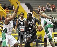 BOGOTA - COLOMBIA: 07-05-2013: Fahnbulleh (Cent.) Piratas de Bogotá, disputa el balón con Fernandez (Izq.) y Quentin (Der.) de  Aguilas de Tunja mayo  7 de 2013. Piratas y Aguilas de Tunja disputaron partido de la fecha 12 de la fase II de la Liga Directv Profesional de baloncesto en partido jugado en el Coliseo El Salitre. (Foto: VizzorImage / Luis Ramirez / Staff). Fahnbulleh (L) of Pirates from Bogota disputes the ball with Fernandez (L) and Quentin (R) of Aguilas from Tunja May 7, 2013. Piratas and Aguilas de Tunja disputed a match for the 12 date of the Fase II of the League of Professional Directv basketball game at the Coliseo El Salitre. (Photo. VizzorImage / Luis Ramirez / Staff)
