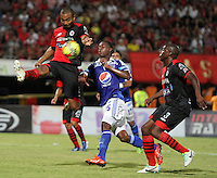 CUCUTA -COLOMBIA- 28-08-2013. Erick Moreno (Centro)  de Millonarios disputa el balon  contra Luis Payares (Izq)  del Cucuta Deportivo  ,  partido correspondiente a la septima fecha de la  Liga Postobón segundo semestre disputado en el estadio Guiilermo Plazas Alcid     / Erick Moreno  (Center) Los Millonarios dispute the ball against  Luis Payares (L) of Cucuta Deportivo game for the seventh time in the second half Postobón League match at the stadium Guiilermo Plazas Alcid. Photo: VizzorImage / Stringer