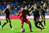 CALI -COLOMBIA-15-08-2016. David Ferreira (Izq) América de Cali disputa el balón con Aldair Hernandez (Der) jugador de Bogotá FC durante partido de la fecha 7 vuelta del Torneo Águila 2016 jugado en el estadio Pascual Guerrero de la ciudad de Cali. / David Ferreira (L) player of America de Cali struggles the ball with Aldair Hernandez (R) player of Bogota FC during the date 7 second leg match of the Aguila Tournament 2016 played at Pascual Guerrero stadium in Cali. Photo: VizzorImage/ NR /