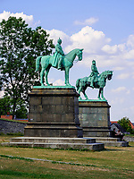 Bronzefiguren Wilhelm der Große und Barbarossa vor Kaiserpfalz in Goslar, Niedersachsen, Deutschland, Europa, UNESCO-Weltkulturerbe<br /> Bronze statues at Kaiserpfalz 11.c. , Goslar, Lower Saxony,, Germany, Europe, UNESCO Heritage Site