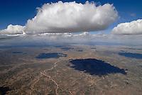 Cumulus Wolken : AMERIKA, VEREINIGTE STAATEN VON AMERIKA, NEW MEXICO,  (AMERICA, UNITED STATES OF AMERICA), 30.04.2011: Cumulus Wolken ueber der Wueste von New Mexiko, art, Abstract, Abstraction, Abstracts, Abstrakt, Abstrakte, Abstraktion, Aerial, Aerial image, Aerial photo, Aerial Photograph, Aerial Photography, Aerial picture, Aerial View, Aerial Views,  America, Amerika, Art, Auf dem Land,  Aussen, Aussenansicht,  Bird eye, Blick von oben,  Country, Country-side, Countryside, Culture, Cultures, Draussen, Fine Art,  Form, From above, Kein mensch, Keine Menschen, Keine Person, Keine Personen, Kultur, Kulturell, Kulturen, Kunst, Laendlich, Laendliche, Laendliche Gegend, Laendliche Szene,  Landscape, Landscapes, Landschaft, Landschaften,  Luftansicht, Luftaufnahme, Luftaufnahmen, Luftbild, Luftbilder, Luftbildfotografie, Luftbildfotografien, Luftbildphotografie, Luftbildphotografien, Luftfoto, Luftfotos, Luftphoto, Luftphotos, Neu, Neue, Neuer, Neues, New, new Mexico, new mexiko, Niemand,  Outdoor, Outdoor, Life Outdoor, view Outdoors, Outside, Outsides, Outward, Perspective, United States United States of America, USA, Vereinigte Staaten Vereinigte Staaten von Amerika, Vogelperspektive, Vogelperspektiven,  Wueste, Sand, sandig, Landleben, Huegel und Berge oestlich des Rio Grande, Wueste,  USA, Vereinigte, Staaten, von Amerika, US, New Mexico, Mexiko, Wueste, trocken, vertrocknet, ausgetrocknet, Duerre, Landschaft, Landschaften, natur, Weite, endlos, Horizont, Wolke, Wolken, Berge, Bergland, Huegelland, Rio, Grand, Cumulus, Wolke, Thermik, Aufwind