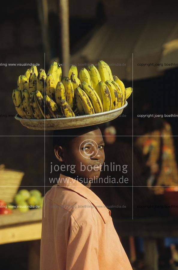 TANZANIA Handeni, boy sell bananas at rural market / TANSANIA Handeni, Junge verkauft Bananen auf Markt
