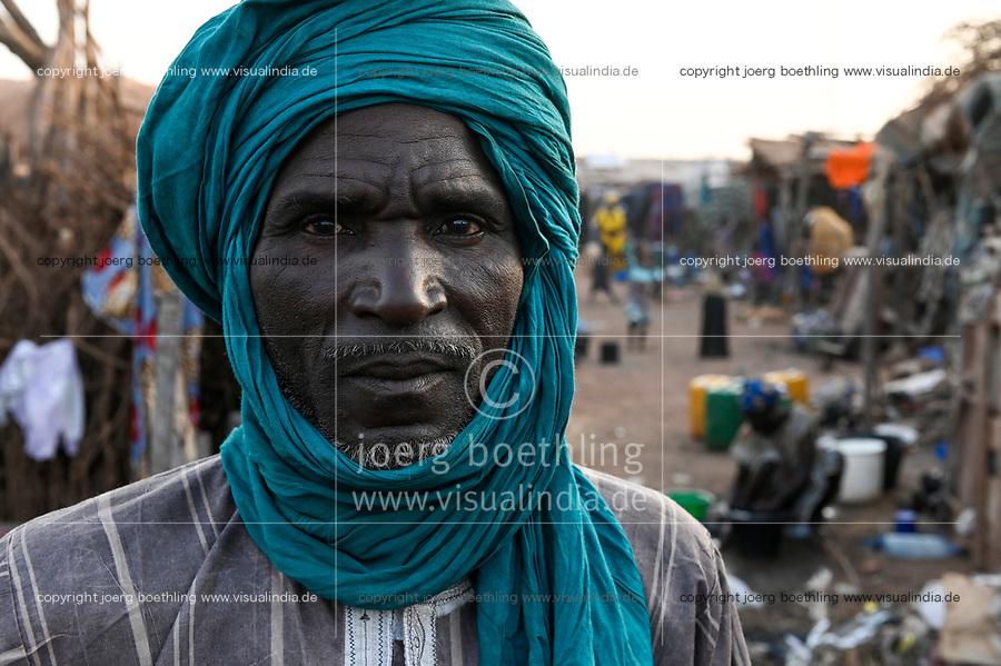 MALI, Bamako, IDP camp Niamana, Peulh people settled here after ethnic conflicts with Dogon people in the region Mopti, Peulh family / Peul Fluechtlinge haben sich nach ethnischen Konflikten mit Dogon in der Region Mopti hier angesiedelt, Peul Familie