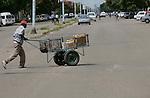 Foto: VidiPhoto..BULAWAYO - Straatbeeld van de stad Bulawayo in Zimbabwe. Het meest gebruikte transportmiddel in het straatarme en failliete land is de handkar.