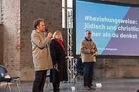 Mit einer Plakat-Kampagne wollen die evangelische und katholische Kirche im Jahr 2021 ein sichtbares Zeichen gegen Antisemitismus setzen. Sie wendet sich insbesondere an die Gemeinden und kirchlichen Einrichtungen. Kernanliegen der Kampagne ist es, die Gemeinsamkeiten zwischen Juden und Christen in den Festen und im religioesen Leben aufzuzeigen, um gegen den zunehmenden Antisemitismus klar Stellung zu beziehen, der auch christliche Wurzeln hat.<br /> Im Bild vlnr.: Pfarrer Ulrich Kastner; Pfarrerin Marion Gardei, Beauftragte fuer Erinnerungskultur der EKBO; Pfarrer Dr. Andreas Goetze.<br /> 11.11.2020, Berlin<br /> Copyright: Christian-Ditsch.de