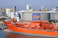 - porto di  Genova, deposito petroli e nave petroliera....- Genoa port, petroleum storage and tanker