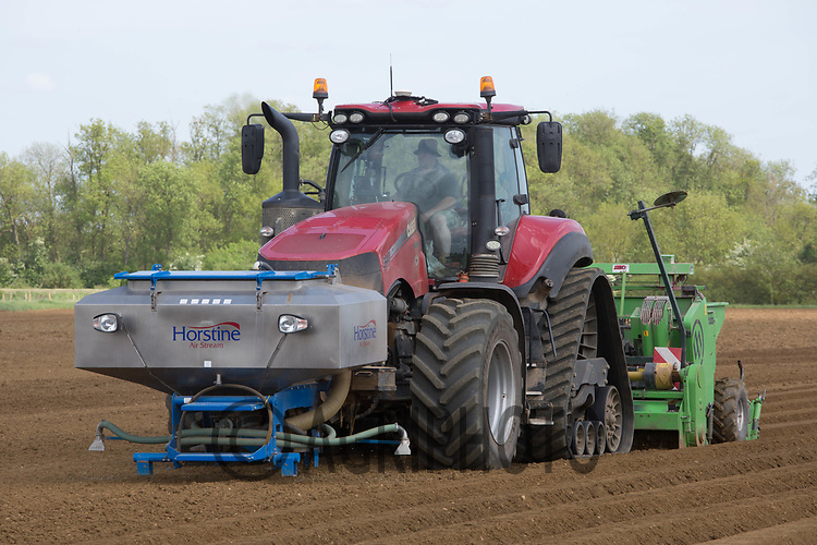 Planting potatoes in Lincolnshire <br /> ©Tim Scrivener Photographer 07850 303986<br /> ....Covering Agriculture In The UK....