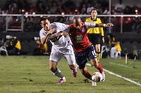 SÃO PAULO, SP, 21 DE AGOSTO DE 2012 - COPA SULAMERICANA - SÃO PAULO x BAHIA: Junior (d) e Rafael Tolói (e) durante partida São Paulo x Bahia, válida pela primeira fase da Copa Sulamericana no Estádio do Morumbi. FOTO: LEVI BIANCO - BRAZIL PHOTO PRESS