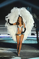 NON EXCLUSIVE PICTURE: MATRIXPICTURES.CO.UK.PLEASE CREDIT ALL USES..UK RIGHTS ONLY..Australian model Miranda Kerr is pictured on the runway during the 2012 Victoria's Secret lingerie fashion show, held at New York's Lexington Avenue Armory. ..NOVEMBER 7th 2012..REF: GLK 125134 /NortePhoto