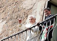 Papa Benedetto XVI saluta dal balcone del Campidoglio, Roma, 9 marzo 2009, affiancato dal sindaco Gianni Alemanno, a destra..Pope Benedict XVI waves from the Campidoglio City Hall's balcony in Rome, 9 march 2009, flanked by Mayor Gianni Alemanno, right..UPDATE IMAGES PRESS/Riccardo De Luca
