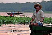 """PESCA DO PIRARUCU AUTORIZADA PELO IBAMA  800t - Somente este ano um programa iniciado pelo Instituto Mamirau·  teve permitido pelo Ibama a liberaÁ""""o de 800t do do maior peixe de ·gua doce do planeta, beneficiando milhares de pescadores da ·rea de influÍncia da reserva de desenvolvimento sustent·vel  Mamirau· . Um dos principais projetos da instituiÁ""""o o   programa de comercializaÁ""""o do pescado iniciado  em 1998 comeÁou com uma cota de  3t , com o sucesso do manejo do piraruc˙ este ano sobe para 800t. Pescador atravessa emaranhado de plantas chamadas canarana que flutuam em grande quantidade  o inÌcio das cheias nesta regi""""o de v·rzea dificultando o acesso aos lagos dos piraruc˙s.Amanã·, TefÈ, Amazonas,  BrasilFoto Paulo Santos/Interfoto26/11/2004"""