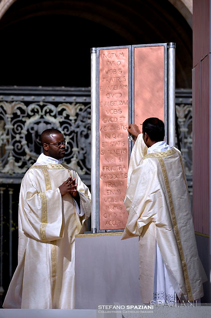 Ceremonial leaders open the icon of the Risen Christ.Pope Francis During the Easter Mass  in St. Peter's Square, at the Vatican.  1 April 2018