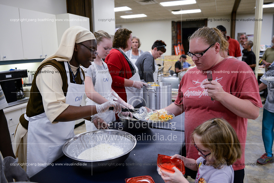USA, Iowa, Dubuque, food distribution for poor and homeless people / Verteilung von Essen an Obdachlose und arme Menschen