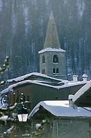 Europe/France/73/Savoie/Val d'Isère: Eglise Saint Bernard de Menthon avec son clocher lombard carré et les toits du village sous la neige