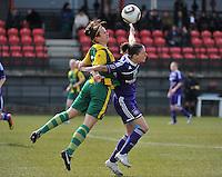 RSC Anderlecht Dames - ADO Den Haag : Marelle Worm (l)  in een duel met Cynthia Browaeys.foto DAVID CATRY / Nikonpro.be