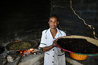 ETHIOPIA , Taza, women roast coffee beans on iron pan at open fire / AETHIOPIEN, Taza,  Frauen roesten frische Kaffeebohnen