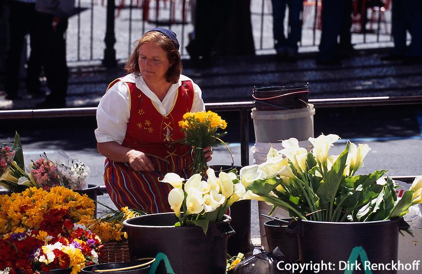 Portugal, Madeira, Blumenverkäuferin beim  Markt Mercado dos Lavradores in Funchal
