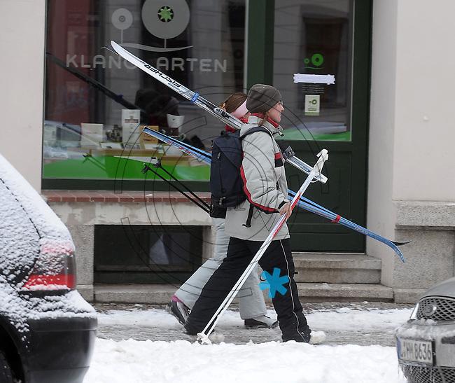 Nach ergiebigem Schneefall in den letzten Tagen sind die Leipziger Starßen noch  immer voll von Schnee. Die Beräumung dauert an. Beräumungszustand in Leipzig Schleußig - im Bild:  zwei Frauen auf dem Weg zu einer Langlauftour durch den Clara-Park - gesehen in der Könneritzstraße.   Foto: Norman Rembarz..Norman Rembarz , Autorennummer 41043728 , Holbeinstr. 14, 04229 Leipzig, Tel.: 01794887569, Hypovereinsbank: BLZ: 86020086, KN: 357889472, St.Nr.: 231/261/06432 - Jegliche kommerzielle Nutzung ist honorar- und mehrwertsteuerpflichtig! Persönlichkeitsrechte sind zu wahren. Es wird keine Haftung übernommen bei Verletzung von Rechten Dritter. Autoren-Nennung gem. §13 UrhGes. wird verlangt. Weitergabe an Dritte nur nach  vorheriger Absprache..