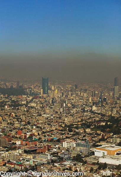 aerial photograph of a layer of smog hanging over Mexico City | fotografía aérea de una capa de smog que cuelga sobre la Ciudad de México