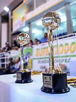 SAN ANDRES - COLOMBIA. 28-11-2018: Trofeo de la Liga es visto previo al juego donde Titanes celebró como campeón de la Liga Profesional de Baloncesto 2018 de Colombia después del quinto partido de la serie final entre Islands Warrios de San Andrés y Titanes de Barranquilla disputado en el coliseo Genny Bay de San Andrés Islas. Titanes ganaron como vistantes por marcador de 74-79 en estra tiempo. / Trophy of the Liga is seen before the match where Titanes celebrated as champions of Professional League of Basketball 2018 of Colombia after fifth match of the final serie between Islands Warriors of San Andres and Titanes of Barranquilla played at Genny Bay coliseum in San Andres island. Titanes won as a visitant by score of 74-79 in extra time. Photo: VizzorImage / John Hudson / Cont