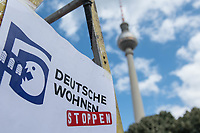 """Protest am Dienstag den 7.Juli 2020 vor dem Roten Rathaus in Berlin gegen den geplanten Verkauf von 23 Haeusern an den Wohnungskonzern Deutsche Wohnen.<br /> Das Boersenunternehmen will 23 Haeuser in Berlin kaufen. Die Mieterinnen und Mieter Haeuser befuerchten nun eine Verdraengung durch Modernisierungen und Umwandlungen in Eigentumswohnungen. Sie haben sich zusammengeschlossen und versuchen den Senat und Wohnungsbaugenossenschaften fuer den Vorkauf der Haeuser und gegen einen """"Ausverkauf der Stadt"""" an das Boersenunternehmen zu organisieren.<br /> Die Mieterinnen und Mieter haben als Protest ein ueberdimensionales Wohnopoly-Spiel aufgebaut, auf dem die Deutsche Wohnen nach und nach versucht Haeuser zu kaufen und der Senat die Mieterinnen und Mieter nur halbherzig mit den Mitteln des Milleuschutz und Vorkaufsrecht unterstuetzt. Am Ende des Spiel wurde der Deutsche Wohnen-Manager vom Spielfeld verdraengt.<br /> 7.7.2020, Berlin<br /> Copyright: Christian-Ditsch.de<br /> NUR FUER REDAKTIONELLE ZWECKE! Werbung nur auf Anfrage beim Fotografen. [Inhaltsveraendernde Manipulation des Fotos nur nach ausdruecklicher Genehmigung des Fotografen. Vereinbarungen ueber Abtretung von Persoenlichkeitsrechten/Model Release der abgebildeten Person/Personen liegen nicht vor. NO MODEL RELEASE! Don't publish without copyright Christian-Ditsch.de, Veroeffentlichung nur mit Fotografennennung, sowie gegen Honorar, MwSt. und Beleg. Konto: I N G - D i B a, IBAN DE58500105175400192269, BIC INGDDEFFXXX, Kontakt: post@christian-ditsch.de<br /> Bei der Bearbeitung der Dateiinformationen darf die Urheberkennzeichnung in den EXIF- und  IPTC-Daten nicht entfernt werden, diese sind in digitalen Medien nach §95c UrhG rechtlich geschuetzt. Der Urhebervermerk wird gemaess §13 UrhG verlangt.]"""
