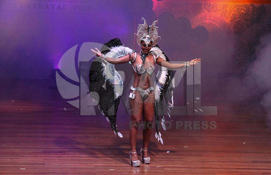 SAO PAULO, SP, 17 JANEIRO 2013 - CARNAVAL SP - CORTE - A segunda princesa Jessica Silva em eleicao da Corte do Carnaval de Sao Paulo 2013 no auditorio do Anhembi, durante a noite desta quinta feira. Sete candidatos a Rei Momo e oito candidatas a Rainha do Carnaval disputam o concurso. Os vencedores vao representar o carnaval paulista em diversos eventos durante o ano.(FOTO: VANESSA CARVALHO / BRAZIL PHOTO PRESS).