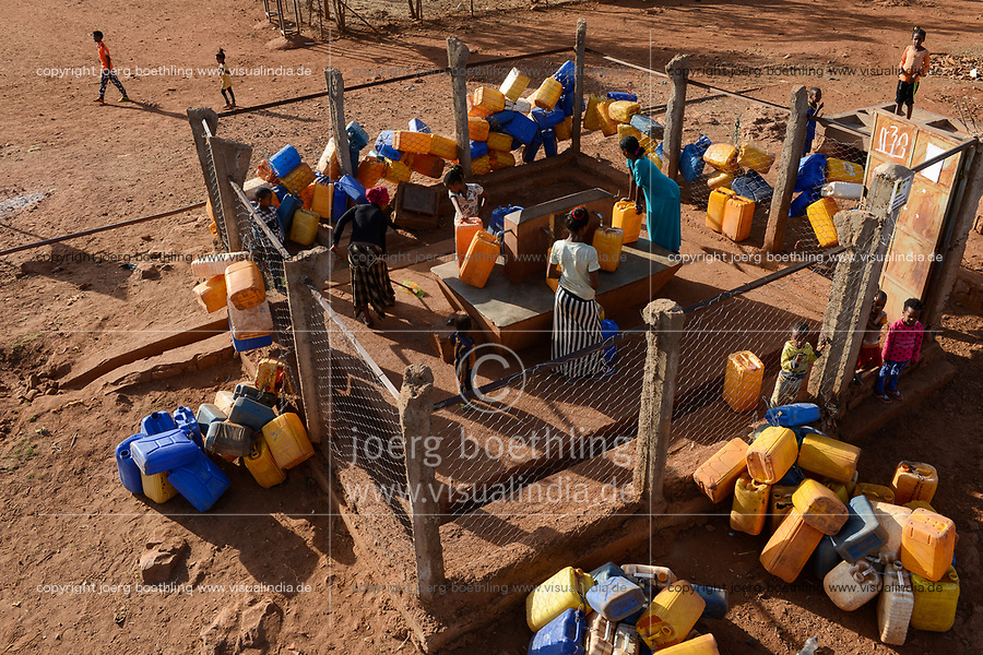 ETHIOPIA, Tigray, Shire, eritrean refugee camp May-Ayni managed by ARRA and UNHCR, water supply, people with jerry can fetch drinking water / AETHIOPIEN, Tigray, Shire, Fluechtlingslager May-Ayni fuer eritreische Fluechtlinge, Wasserversorgung