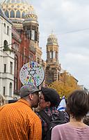 """Mehr als 7.000 Menschen nahmen am Sonntag den 13. Oktober 2019 in Berlin an einer Demonstration des #ubteilbar-Buendnis unter dem Motto """"#KeinFussbreit! Antisemitismus und Rassismus töten - rechter Terror bedroht unsere Gesellschaft!"""" teil. Anlass fuer die Demonstration war der Anschlag eines rechtsextremen Terroristen auf die Synagoge in Halle an der Saale am 9.10.2019, bei dem zwei Menschen ermordet wurden.<br /> Im Bild: Die Abschlusskundgebung fand vor der Neuen Synagoge in der Oranienburger Strasse statt.<br /> 13.10.2019, Berlin<br /> Copyright: Christian-Ditsch.de<br /> [Inhaltsveraendernde Manipulation des Fotos nur nach ausdruecklicher Genehmigung des Fotografen. Vereinbarungen ueber Abtretung von Persoenlichkeitsrechten/Model Release der abgebildeten Person/Personen liegen nicht vor. NO MODEL RELEASE! Nur fuer Redaktionelle Zwecke. Don't publish without copyright Christian-Ditsch.de, Veroeffentlichung nur mit Fotografennennung, sowie gegen Honorar, MwSt. und Beleg. Konto: I N G - D i B a, IBAN DE58500105175400192269, BIC INGDDEFFXXX, Kontakt: post@christian-ditsch.de<br /> Bei der Bearbeitung der Dateiinformationen darf die Urheberkennzeichnung in den EXIF- und  IPTC-Daten nicht entfernt werden, diese sind in digitalen Medien nach §95c UrhG rechtlich geschuetzt. Der Urhebervermerk wird gemaess §13 UrhG verlangt.]"""