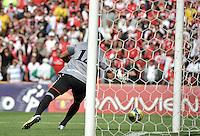 BOGOTA - COLOMBIA-27-04-2013:  Victor Soto, portero del Envigado F.C., recibe gol de Wilder Medina durante partido en el estadio Nemesio Camacho El Campin de la ciudad de Bogota, abril 27 de 2013. Independiente Santa Fe y Envigado F.C. durante partido por la decimotercera fecha de la Liga Postobon I. (Foto: VizzorImage / Luis Ramirez / Staff).  Victor Soto, Envigado FC goalkeeper, receives a goal of Wilder Medina during game in the Nemesio Camacho El Campin stadium in Bogota City, April 27, 2013. Independiente Santa Fe and Envigado F.C. in a match for the thirteenth round of the Postobon League I. (Photo: VizzorImage / Luis Ramirez / Staff).
