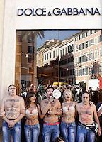 - Protesta di alcuni attivisti dell'associazione Animalisti Italiani davanti al negozio Dolce & Gabbana in Piazza di Spagna, contro la tecnica della sabbiatura, usata per produrre jeans sdruciti e scoloriti. Tecnica, questa, sotto accusa per i danni provocati alla salute dei lavoratori. Secondo i manifestanti, la sabbiatura produce una grande quantita' di polvere e particelle sottili di biossido di silice, l'esposizione alle quali provoca la silicosi, malattia in molti casi letale.<br /> Roma, 19 ottobre 2012. <br /> - Italian animal rights activists attend a protest against the sandblast tecnhique used to produce distressed jeans in front of the Dolce & Gabbana shop in Piazza di Spagna. The demonstrators accuse sandblasting technique to be harmful to workers' health, as it involves firing minute particles of silica on high pressure at denim, which gives the fabric a faded appearance. According to protesters, workers who inhale the silica dust are in danger of developing silicosis, a potentially fatal pulmonary disease. UPDATE IMAGES PRESS/Riccardo De Luca