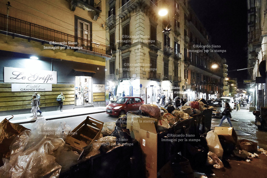 - NAPOLI 10 MAR  -  cumulo di rifiuti via Sant'Anna dei Lombardi